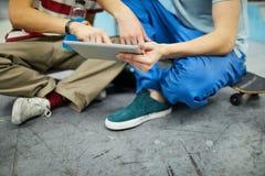 Kommunikation av millennials fotografering för bildbyråer