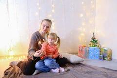 Kommunikation der älteren weiblichen Schwester mit jüngstem Mädchen, das spen Stockfotografie