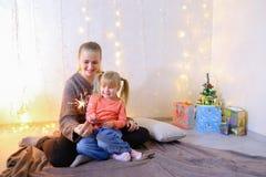 Kommunikation der älteren weiblichen Schwester mit jüngstem Mädchen, das spen Stockbilder