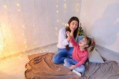 Kommunikation der älteren weiblichen Schwester mit jüngstem Mädchen, das spen lizenzfreie stockbilder