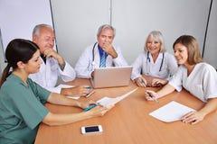 Kommunikation in einem Team mit Doktoren Stockbild