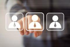 Kommunikation för manöverenhet för affärsmanhandlagknapp online- Arkivbild