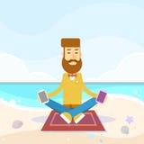 Kommunikation för nätverk för manSit On Sea Beach Vacation Lotus Pose Hold Cell Smart telefon social Arkivbilder