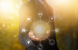 Kommunikation för smart multichanel för telefon för affärsmaninnehav online- Arkivfoton