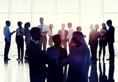Kommunikation för handskakning för mötesrum för affärsfolk Conc global Arkivbilder