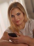 Kommunikation Härlig läs- nyheterna för affärskvinna på smar fotografering för bildbyråer