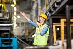 Kommunikation på fabriken royaltyfria bilder