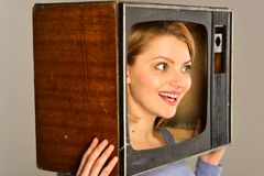 Kommunikation tele kommunikationsbegrepp Kommunikations- och informationsbegrepp modern kommunikation för kvinna med tv fotografering för bildbyråer