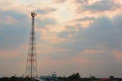 kommunikationer framkallar nästa paussystem som telekommunikationar till todaytorn skallr arkivfoto