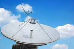 Kommunikations-Radar auf blauem Himmel Stockbilder