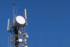 Kommunikations-Teller und Antenne Lizenzfreie Stockfotos