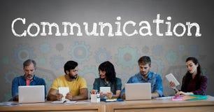 Kommunikations-Text und Gruppe von Personen auf Geräten vor Zahn dreht Einstellungsgraphiken Lizenzfreie Stockbilder