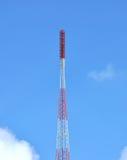 Kommunikationsantennen gegen blauen Himmel Lizenzfreies Stockbild
