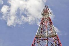 Kommunikationsantennen gegen blauen Himmel lizenzfreie stockfotos