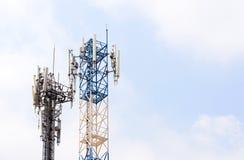 Kommunikationsantennen gegen blauen Himmel Lizenzfreies Stockfoto