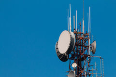 Kommunikationsantennen gegen blauen Himmel Stockfoto