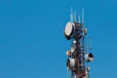 Kommunikationsantennen gegen blauen Himmel Stockfotografie