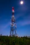Kommunikationsantennen gegen blauen Himmel Stockbilder