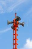 Kommunikationsantennen står hög på blåttskyen Arkivfoto