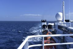 Kommunikationsausrüstung im Ozeanschiff Stockfotos