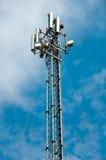 Kommunikationsderrickkran gegen blauen Himmel Stockfotos