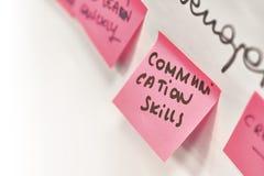 Kommunikationsfähigkeiten geschrieben auf die rosa Papieraufkleber befestigt zu einer Flip-Chart lizenzfreies stockfoto