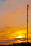 Kommunikationsmast bei Sonnenuntergang im Industriegebiet Stockbilder