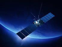 Kommunikationssatellit som kretsar kring jord Arkivbild