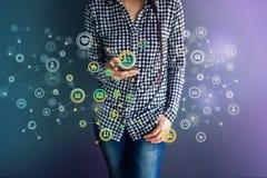Kommunikationstechnologie auf Alltagsleben über intelligentes Telefon-Konzept, Lizenzfreie Stockfotos