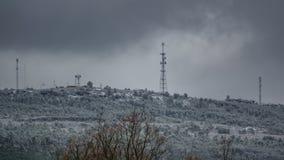 Kommunikationstorn över berget med snö Royaltyfri Fotografi