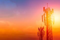 Kommunikationstorn eller för nätverkstelefon för 3G 4G cellsite med skymninghimmel Fotografering för Bildbyråer