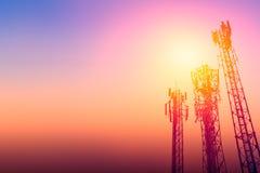 Kommunikationstorn eller telefoncellsite för nätverk 3G med skymninghimmel Royaltyfri Foto