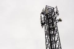 Kommunikationstorn i himlen är mulna Royaltyfri Foto