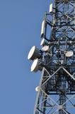 Kommunikationstorn med antenner Royaltyfri Foto