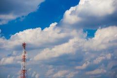 Kommunikationstorn med blå himmel arkivbild