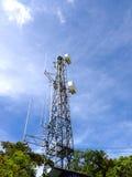 Kommunikationstorn med blå himmel Fotografering för Bildbyråer
