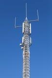 Kommunikationstorn med g-/m2 och radioapparater Royaltyfri Fotografi