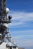 Kommunikationstorn med många antenner Arkivfoto