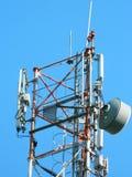 Kommunikationstorn med parabolisk och för g-/m2antenner LTE och för blå himmel slut upp arkivbilder
