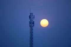 Kommunikationstorn på solnedgången Fotografering för Bildbyråer