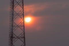 Kommunikationstorn på soluppgång Fotografering för Bildbyråer