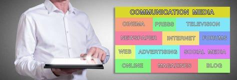 Kommunikationswerbekonzeption mit dem Mann, der eine Tablette verwendet Stockbilder