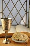 Kommunion-Brot und Wein mit Bibel Lizenzfreies Stockfoto