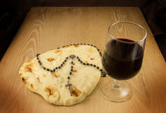 Kommunion Brot, Wein und Roasry Stockfotografie