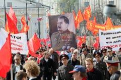 Kommunisten nehmen an einem Sammlung Maifeiertag in Moskau teil Lizenzfreies Stockfoto