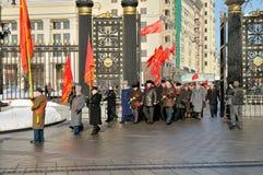 Kommunisten weisen Blumen einem Grab des Unbekannten zu Lizenzfreies Stockbild