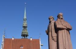Kommunistische Statue und Kirchturm stockfotografie