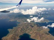 Komodo ö från trafikflygplanet Arkivfoton