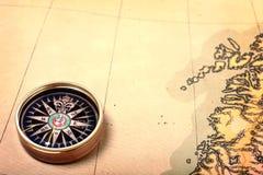 Kompaß auf alter Karte Stockfoto