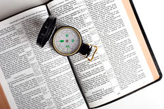 Kompaß auf Bibel stockfotografie